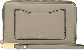 Marc Jacobs Recruit grained leather wrislet wallet - MINK - STYLE