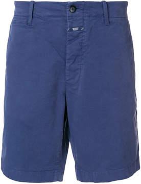 Closed bermuda shorts