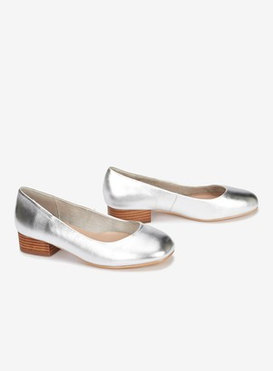 040a34164ae53 Evans EXTRA WIDE FIT Silver Low Heel Court Shoes