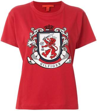 Tommy Hilfiger (トミー ヒルフィガー) - Tommy Hilfiger St. Crest プリント Tシャツ