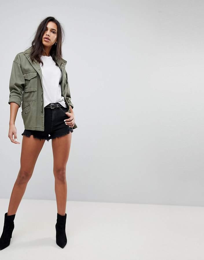 – Abgeschnittene Jeans-Shorts mit hoher Taille