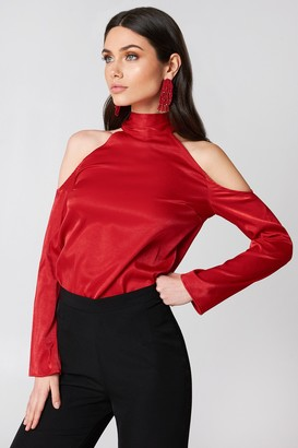 85c9298c00598 NA-KD Hannalicious X High Neck Cold Shoulder Blouse Red