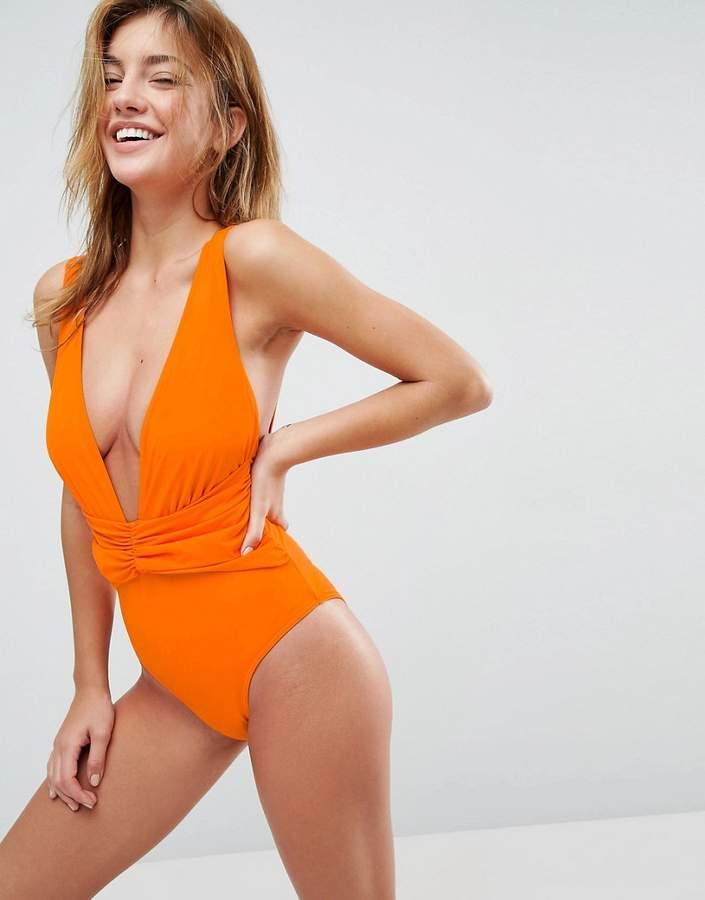 – Badeanzug mit tiefem Ausschnitt und geraffter Vorderseite