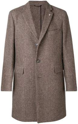 Closed single-breasted fitted coat