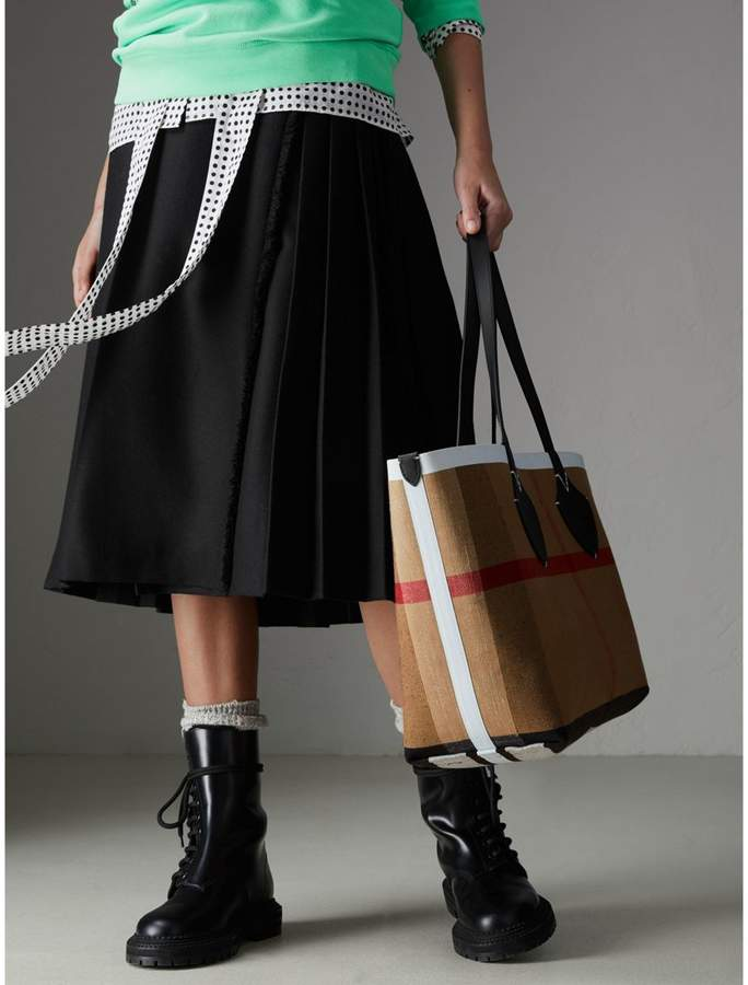 f87edd58151c Burberry The Medium Giant Reversible Tote in Canvas and Leather detail image