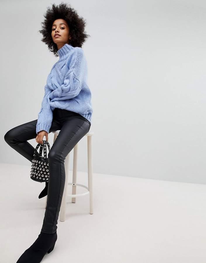 – Beschichtete Skinny-Jeans mit mittelhohem Bund