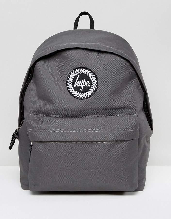 – Exklusiver grauer Rucksack mit Schriftzug auf den Gurten