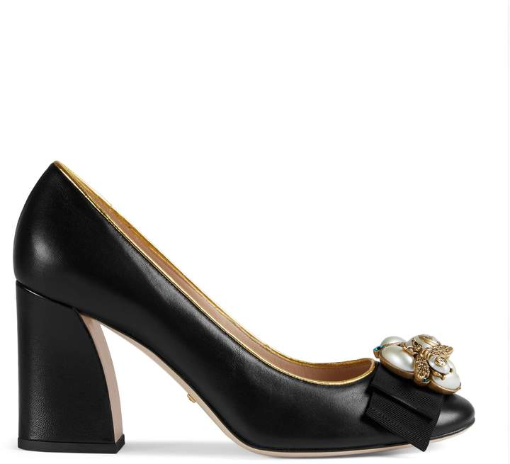 Leather mid-heel pump with bee