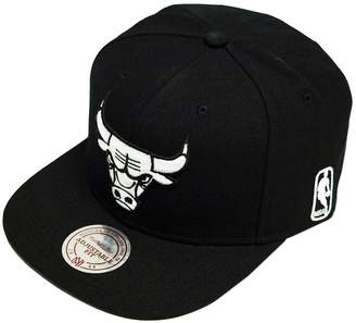 3af1667c43e Mitchell   Ness Chicago Bulls All And White Logo EU448 Snapback Cap NBA