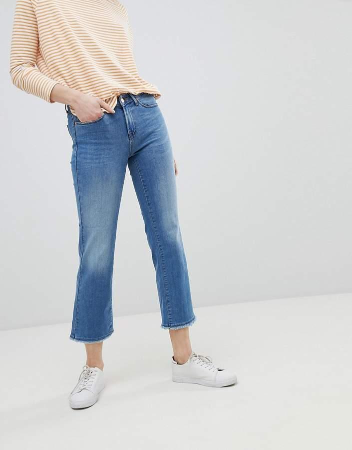 – Jeans mit geradem Bein und unversäumten Kanten