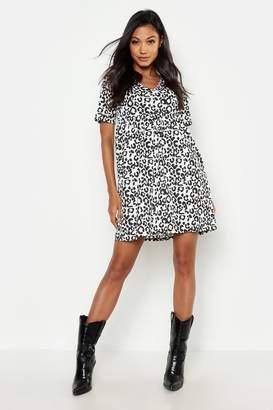 f1f0c6e28ac40 boohoo Mono Leopard Print Short Sleeve Smock Dress