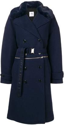 Closed double-breasted fitted coat