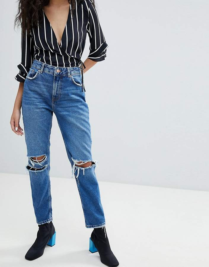 – Jeans mit zerrissenen Knien