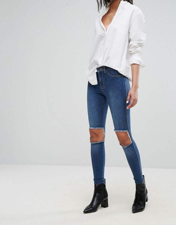 – Superenge Jeans mit mittelhohem Bund und Ausschnitt an den Knien