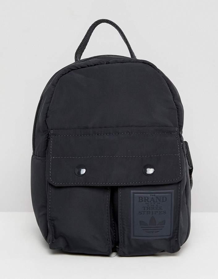 – Kleiner schwarzer Rucksack mit Taschen