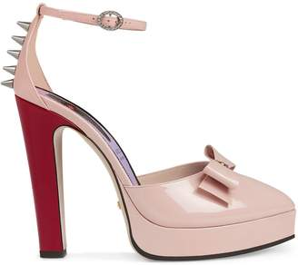 18a960a07 Gucci Patent leather pump with bow