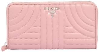 Prada (プラダ) - PRADA キルトレザー長財布