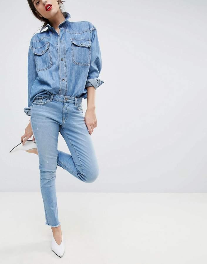 – Kurze Stretch-Jeans in Distressed-Optik