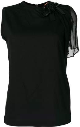 No.21 asymmetric embellished shoulder top