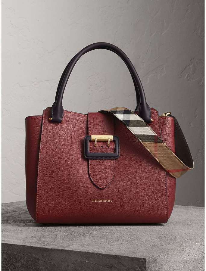 Burberry The Medium Buckle Tote in Two-tone Grainy Leather