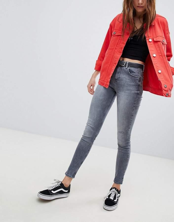– Jeans in abgenutztem Design