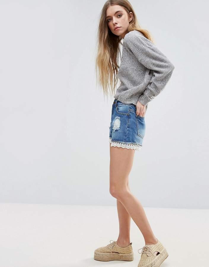 – Jeansshorts mit Spitzenbesatz