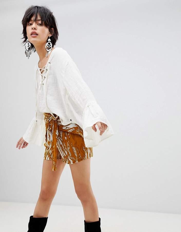 – Shorts mit Batikmuster in Khaki