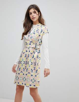 Liquorish Cap Sleeve Geoprint Dress With D-Ring And Attached Belt