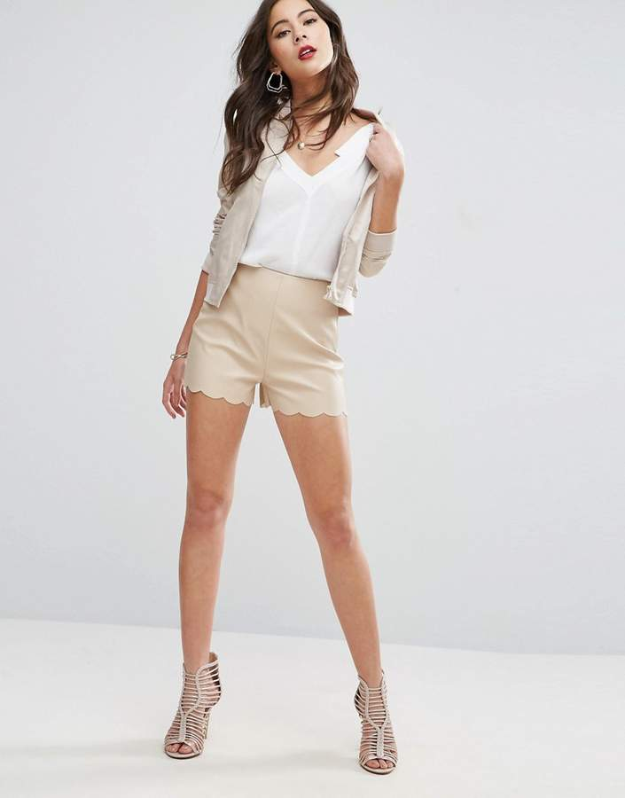 – Shorts in Lederoptik mit Muschelsaum
