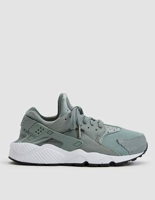 Nike Huarache Run SE Sneaker in Mica Green