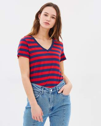 Levi's Essential V-Neck Tee