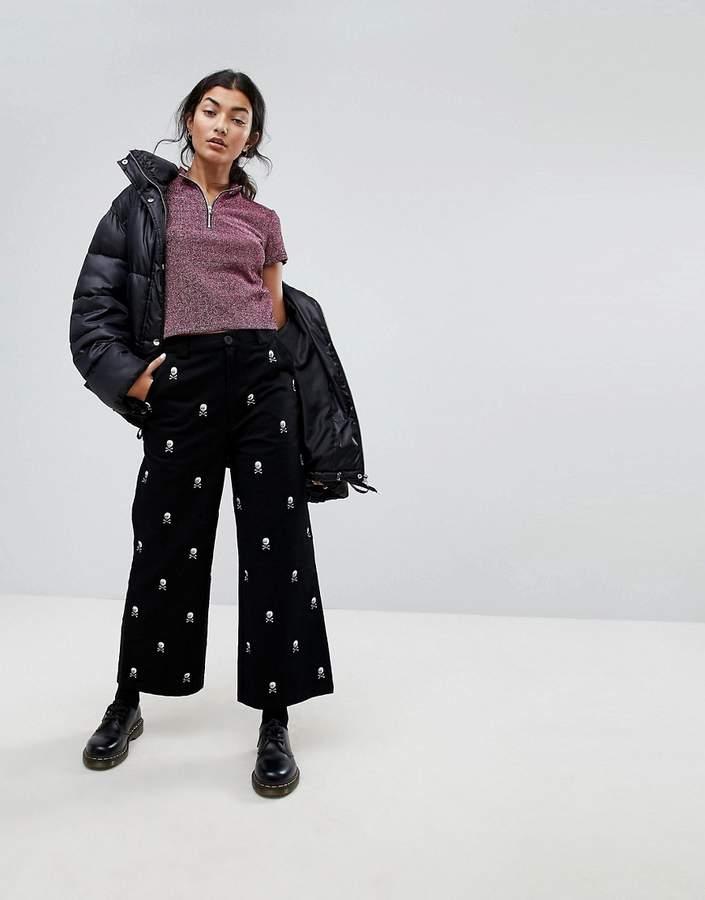 – Jeans mit weitem Beinschnitt und Schädel-Stickerei