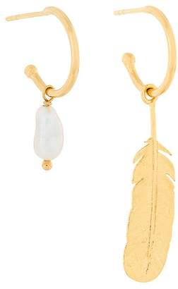 Wouters & Hendrix My Favourite feather and freshwater pearl hoop mixed earrings