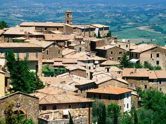 Art.com Hilltop Village of Montalcino Perched Above Val d'Orcia, Tuscany, Italy Premium Photographic Print By David Tomlinson - 76x102 cm