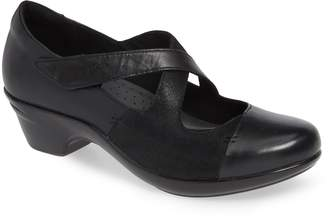 Aravon Kitt Cross Strap Pump