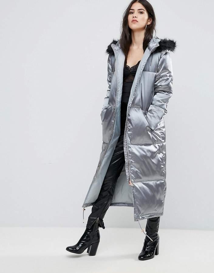 – Langer, wattierter Mantel aus Satin in Grau