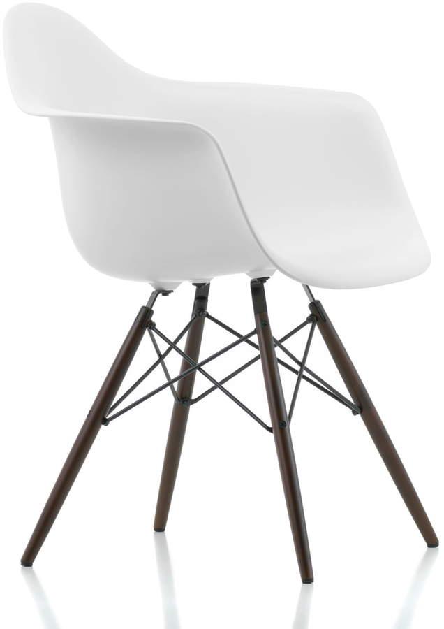 Eames Plastic Armchair DAW (H 43 cm), Ahorn dunkel / Weiß, Kunststoffgleiter basic dark (Teppichboden)