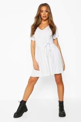 boohoo Short Sleeve V Neck Pleated Skater Dress