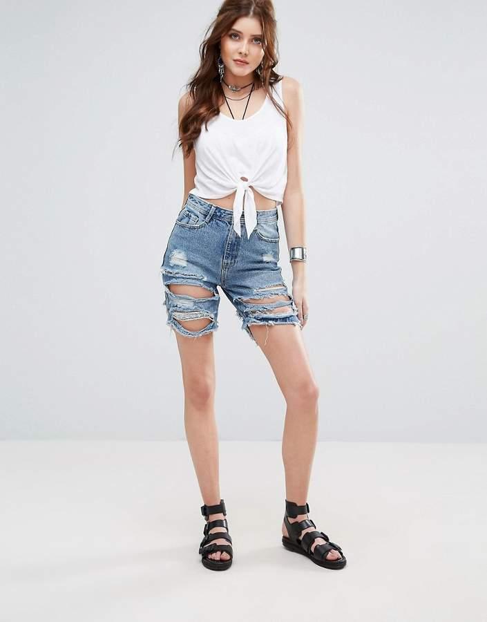– Lange Jeansshorts im zerrissenen Look