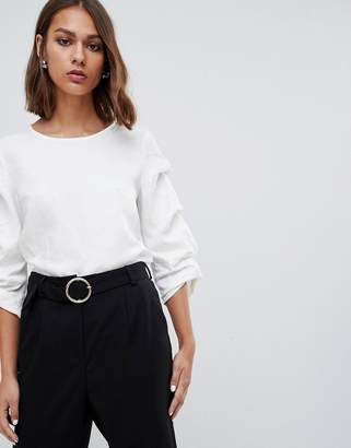 Minimum textured sleeve top