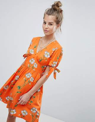 Wednesday's Girl Tea Dress With Tie Sleeves In Daisy Print