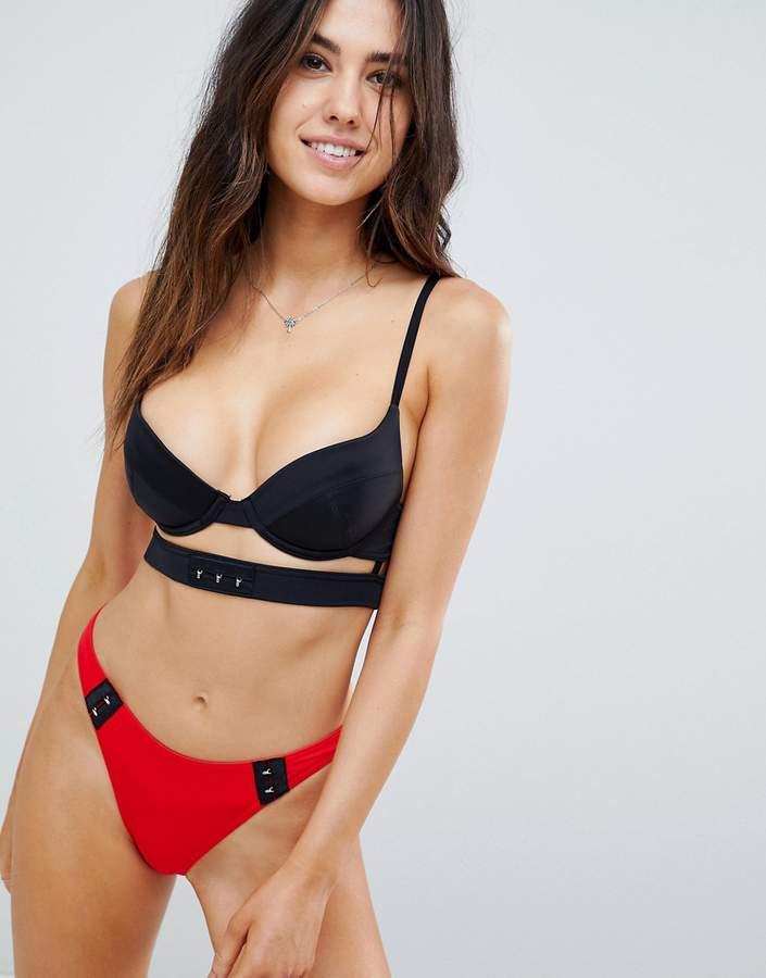 – Mix and Match – Tief ausgeschnittenes Bikini-Top mit Trägern, verziert mit Haken und Ösen