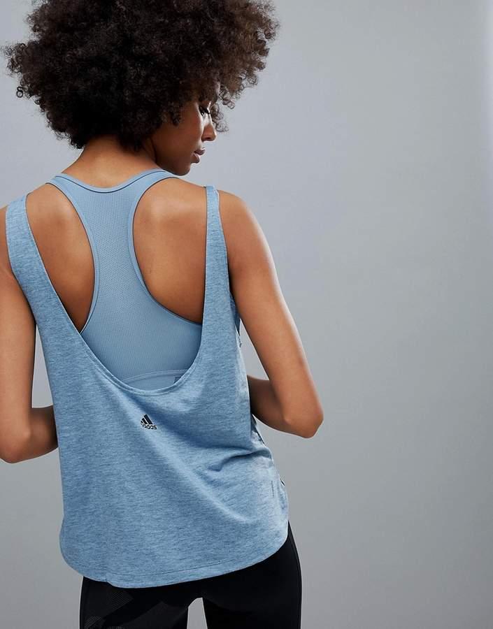 Training – Blaues Tanktop mit tiefem Rückenausschnitt