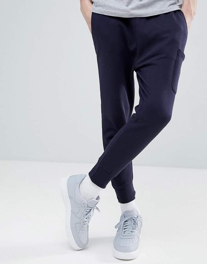 – Jogginghose mit tiefem Schritt