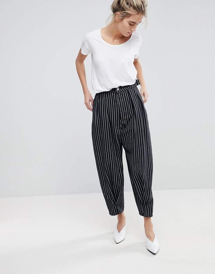 – Ballon-Jeans mit schwarz-weißen Streifen und gedrehter Ziernaht
