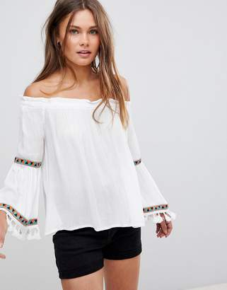 En Creme En Crme Off Shoulder Top With Embroidery And Lace Trim