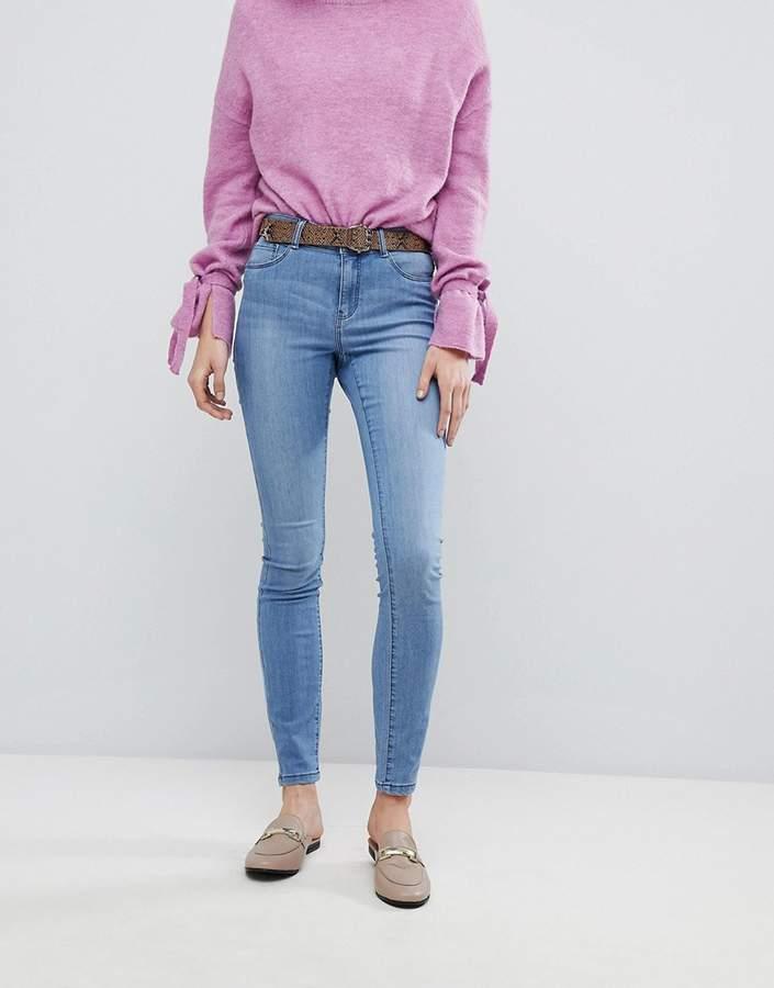 – Enge Jeans mit hohem Bund