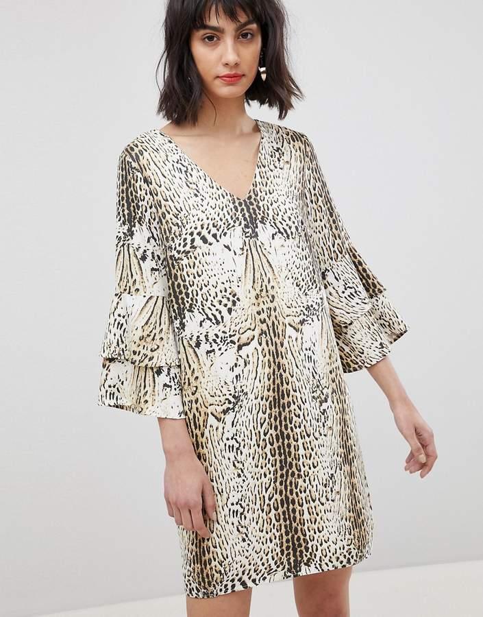 – Kleid mit Leoparden-Print und gestuften Ärmeln