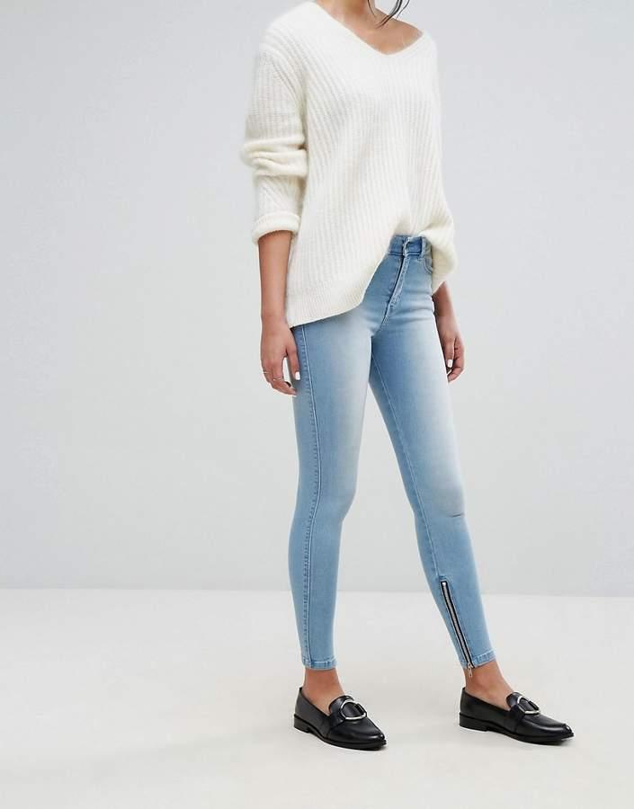 – Knöchellange Jeans mit mittelhohem Taillenbund