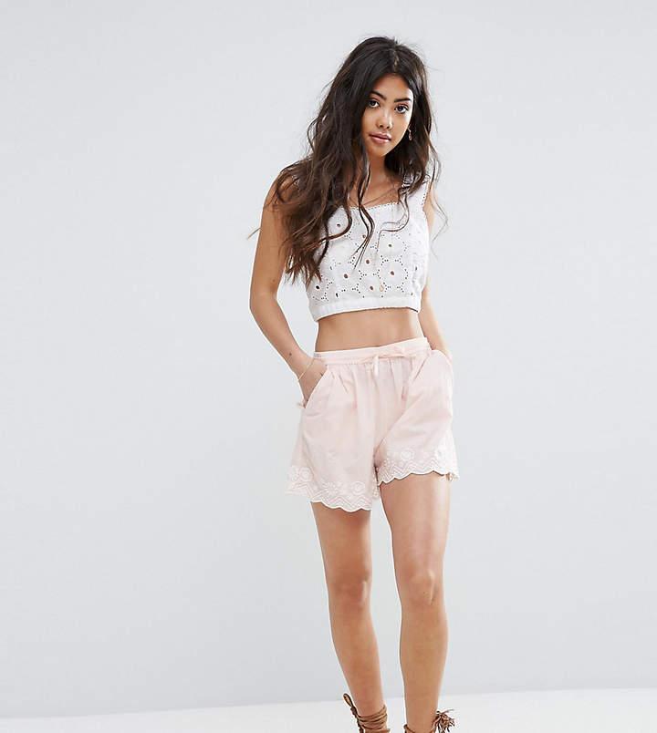 Boohoo Petite – Shorts mit rundgezacktem Design und Stickerei
